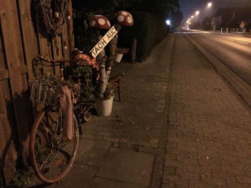 Tach auch – Dekoriertes Fahrrad im Dunkeln in Uphusen