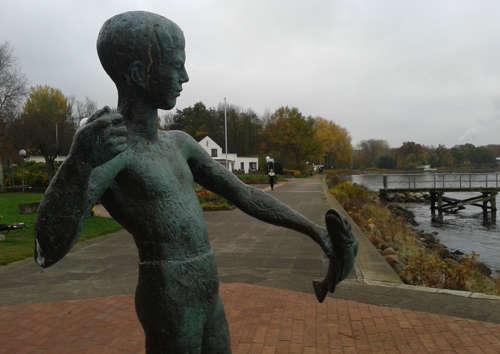 """Bronze-Skulptur """"Angler"""" an der Promenade"""