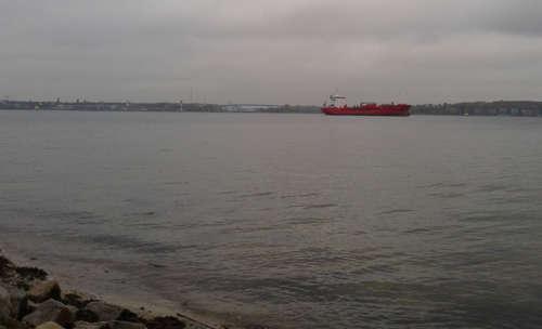 Rotes Schiff auf der Kieler Förde