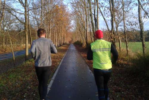 Läufer auf sonnigem Weg nach Kleinbeeren
