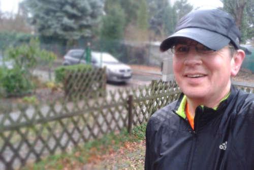 Durchnässter Läufer am Ende des langen Laufs