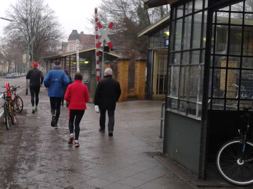 Läufer am Bahnübergang Lichtenrade