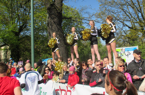 Cheerleader beim Start des Drittelmarathon in Potsdam 2017