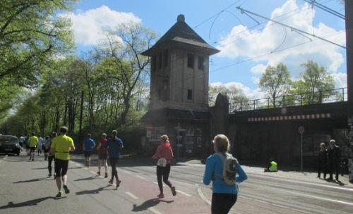 Läufer des Drittelmarathon in Potsdam auf der Rudolf-Breitscheid-Straße