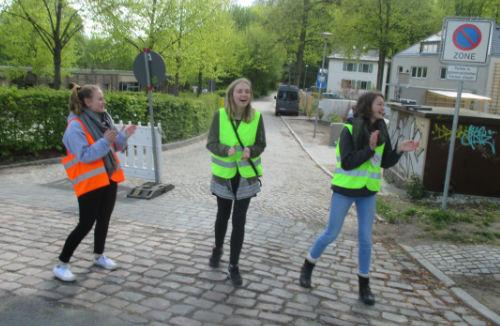 Applaudierende Helferinnen am Streckenrand