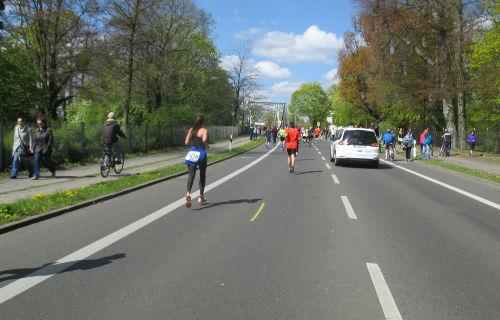 Zielgerade des Drittelmarathon in Potsdam hinauf zur Glienicker Brücke