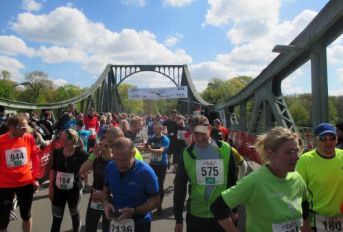Läufer im Ziel des rbb-Lauf 2017