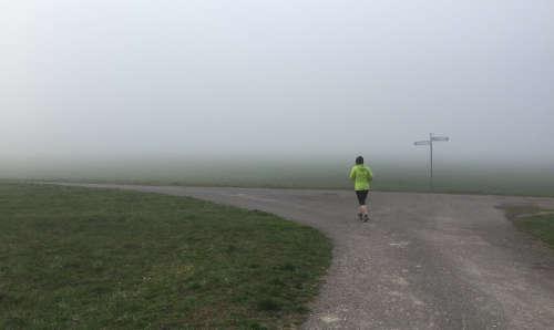 Läuferin im Nebel