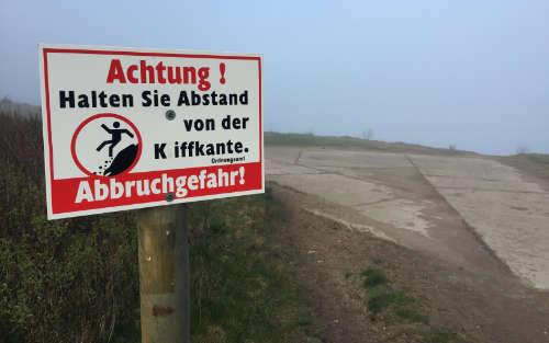 Warnung vor der Steilküste