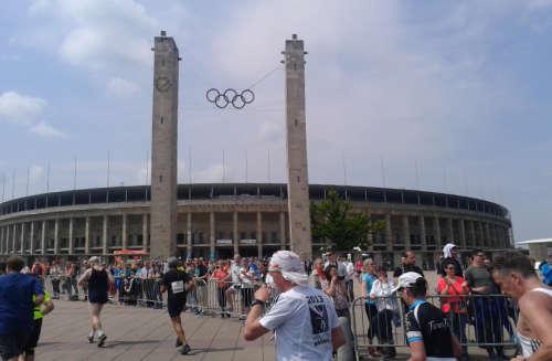 Erst einmal geht es am Olympiastadion vorbei