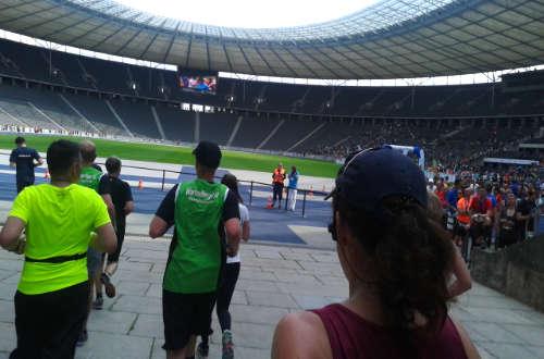 Big25-Läufer laufen ins Olympiastadion ein