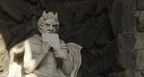 Statue des Gottes Pan in der Vexierwassergrotte