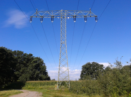Strommast zwischen den Feldern