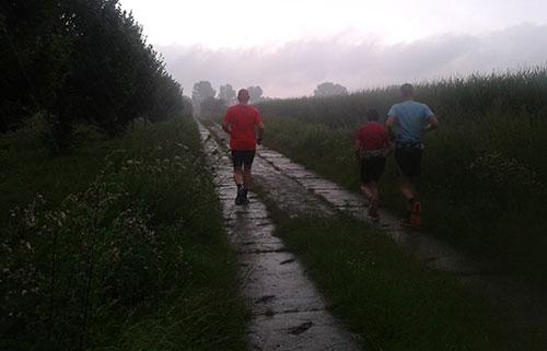 Läufer im starken Regen