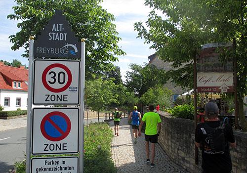 Laufen in der Altstadt von Freyburg
