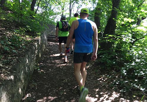 Zu steil zum Laufen, Läufer gehen bergauf
