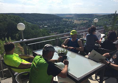 Läufer-Pause auf der Terrasse des Berghotels zum Edelacker