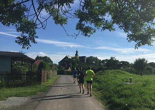 Läufer laufen auf Schloss Balgstädt zu