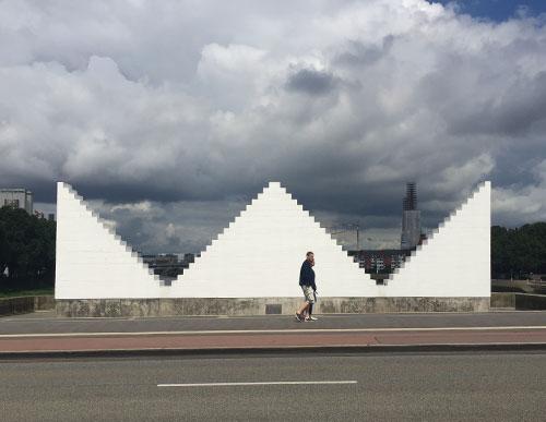 Skulptur Three Triangles gegenüber dem Museum Weserburg