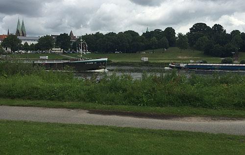 Zwei Binnenschiffe auf der Weser