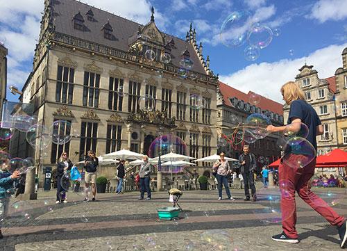 Marktplatz mit bunten Seifenblasen