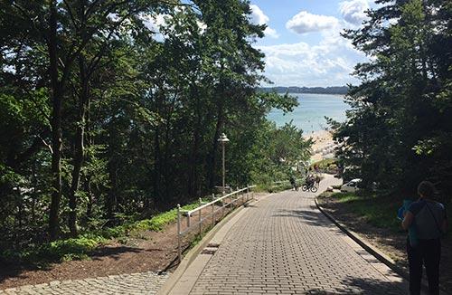 Weg hinunter zur Strandpromenade