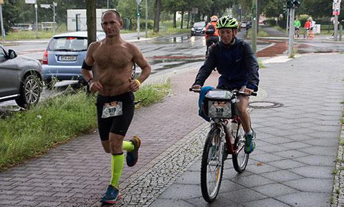 Läufer mit Fahrradbegleitung