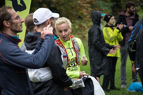 Wartende Läuferin beim Wechselpunkt in Sacrow