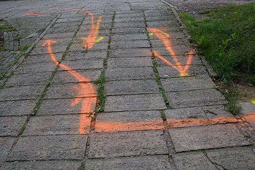 Pfeile auf dem Boden beim Wechselpunkt in Teltow