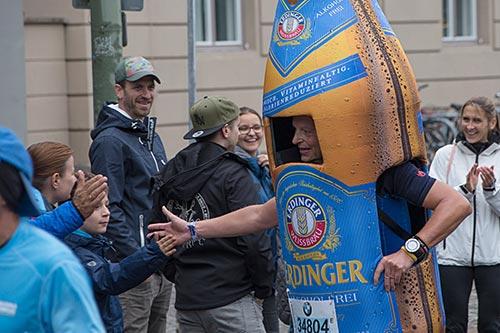 Der Läufer im Erdinger-Flaschen-Kostüm