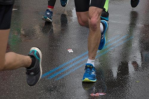 Die blauen Marathon-Streifen auf der Straße