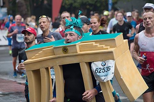 Marathon-Läufer im Brandenburger-Tor-Kostüm