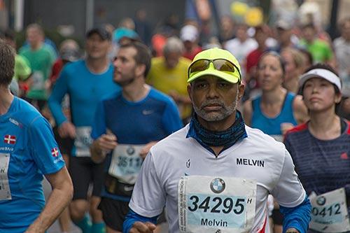 Marathon-Läufer auf der Hauptstraße