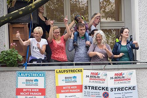 Balkon mit tanzenden Anwohnern