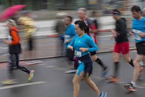 Marathon-Läuferin schaut auf die Uhr