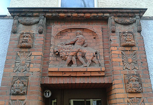 Relief am Hauseingang