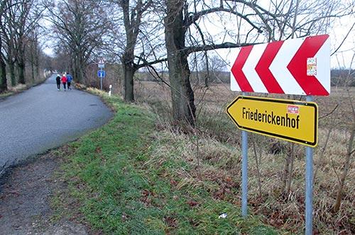 Hinweisschild Friederickenhof mit ck