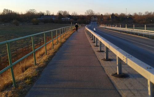Läufer auf der Brücke Marienfelder Straße
