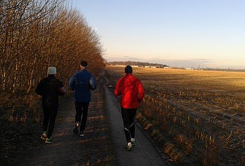 Läufer an der Bahnlinie bei Diedersdorf