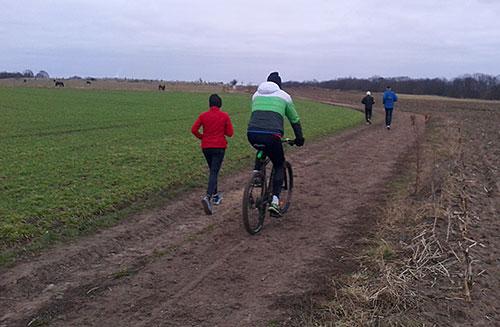 Läufer und Begleitfahrrad mit Blick auf den Weinberg