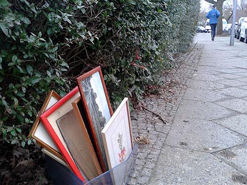 Alte Bilderrahmen auf dem Fußweg