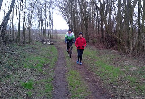 Läuferin und Radfahrer