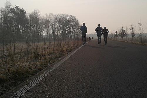 Läufer am frühen Morgen im Gegenlicht