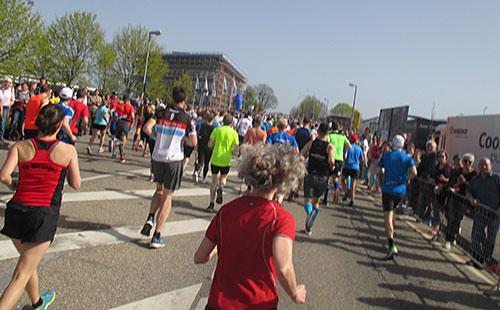 Läufer auf dem ersten Kilometer