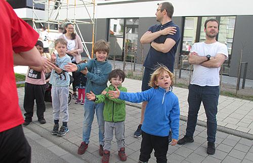 Kinder am Streckenrand