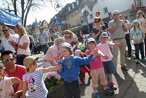 Kinder halten ihre Hände zum Abklatschen hin