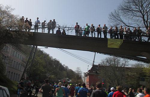 Halbmarathon-Zuschauer auf einer Brücke