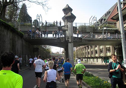 Noch eine Brücke mit Zuschauern