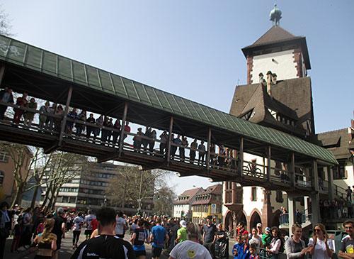 Zuschauer auf Brücke am Schwabenturm