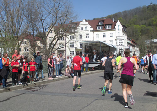 Läufer vor schöner Häuserkulisse